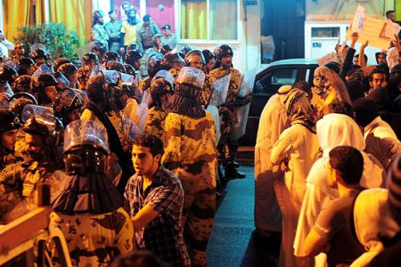 Saudi-police-confronting-protesters-in-the-town-of-Awamiyah1