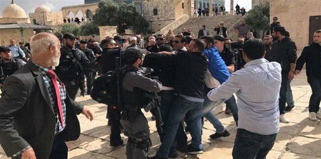 Dozens of Israeli settlers raid Aqsa Mosque