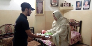 Afkar-e-Shohda Pakistan presents gifts to mothers of martyrs on Youm-e-Madar