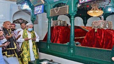 Minister Fakhar Imam visits shrine of Shah Shams Tabrez